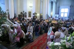 За священнослужителями преклоняют колени и все богомольцы.